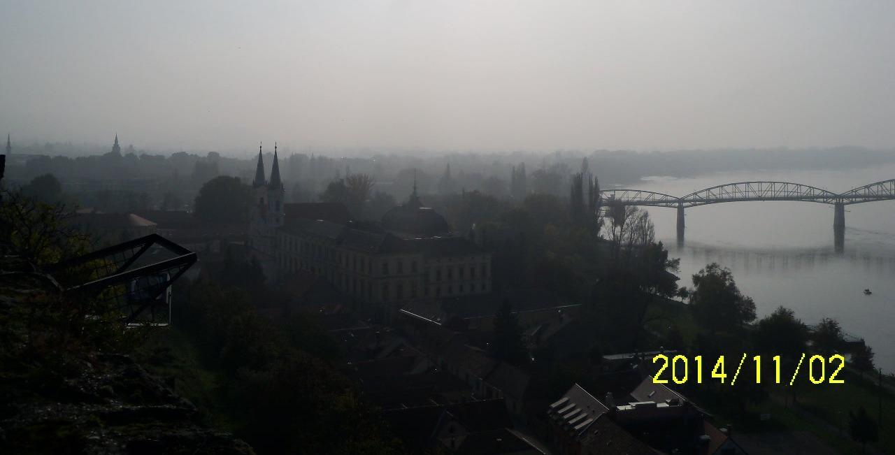 A Bazilikától jó időben ellátni a veszélyeshulladék-égetőmű kéményéig is – szmog idején eltűnik Dorog a látóhatárról.